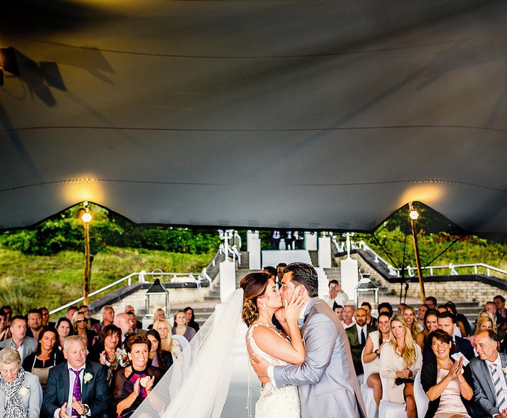 Brautpaar Im Hochzeitszelt vor Ort
