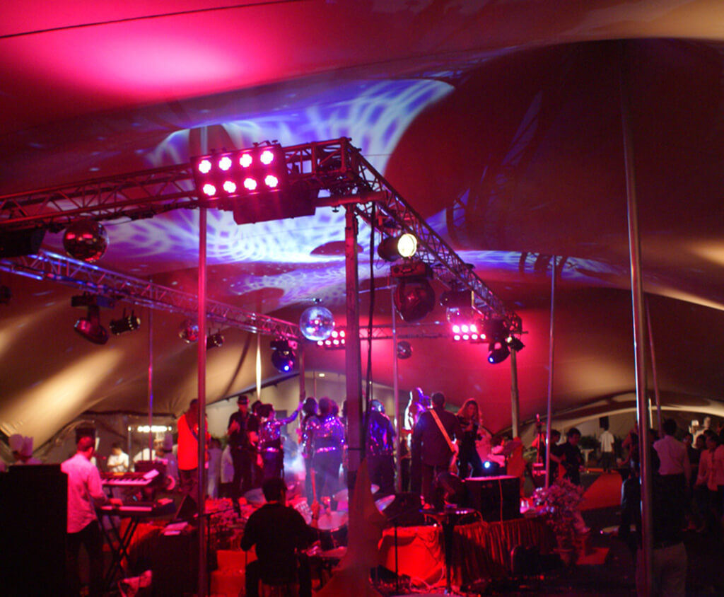 Festivalzelt in der Nacht